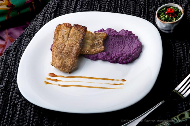 Filé de peixe branco empanado com aveia fina, acompanhado de purê de batata roxa com redução de molho de ostras